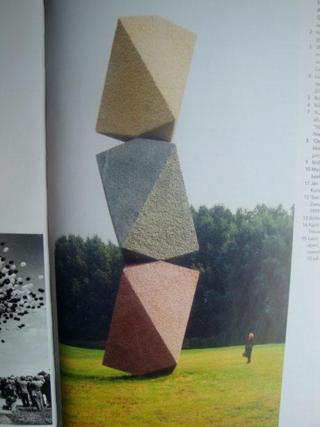 illustratie uit een publicatie, beeld toont sculptuur Olleke B van Bas Maters.
