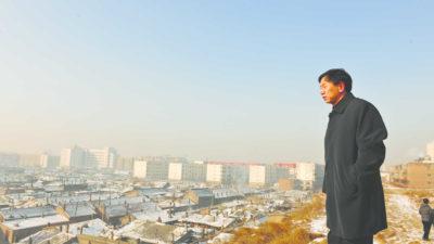 Still uit de documentaire: burgemeester Geng Yanbo overziet zijn stad Datong