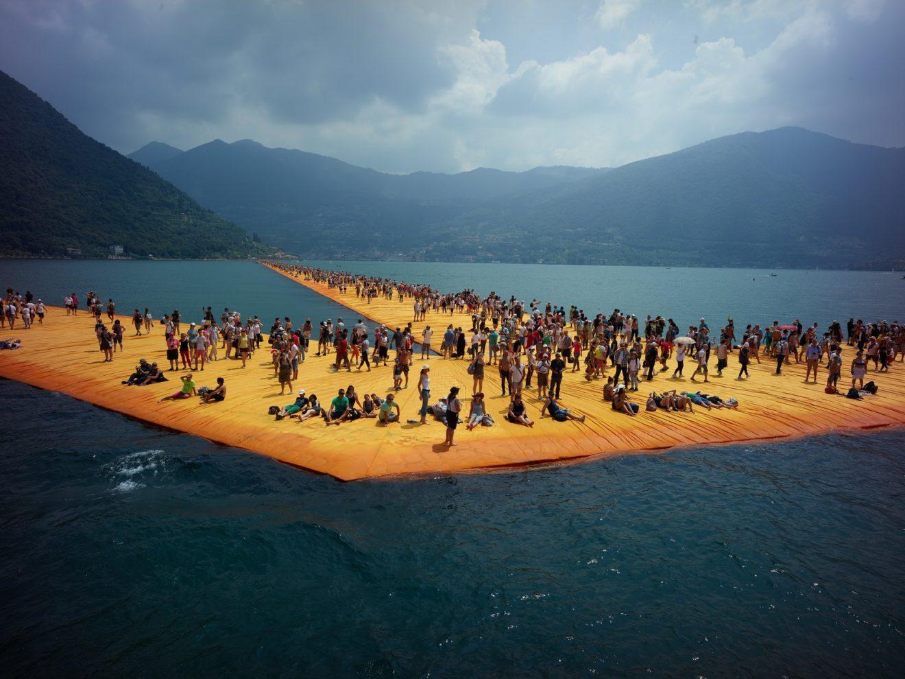 Still uit documentaire: publiek op de pieren in het Iseomeer