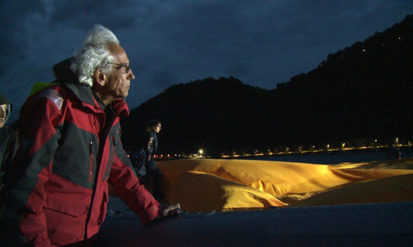 still uit documentaire: Christo op zijn drijvende pier in het Iseomeer in Italië