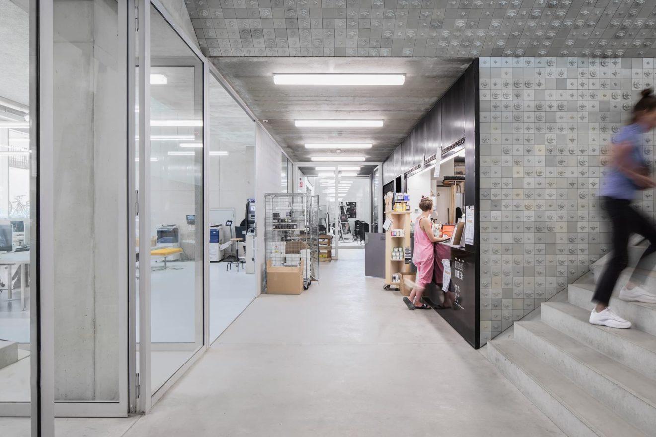 Door studenten vervaardigde tegelwand (afdeling keramiek) in het nieuwe Rietveld-Sandberg academiegebouw