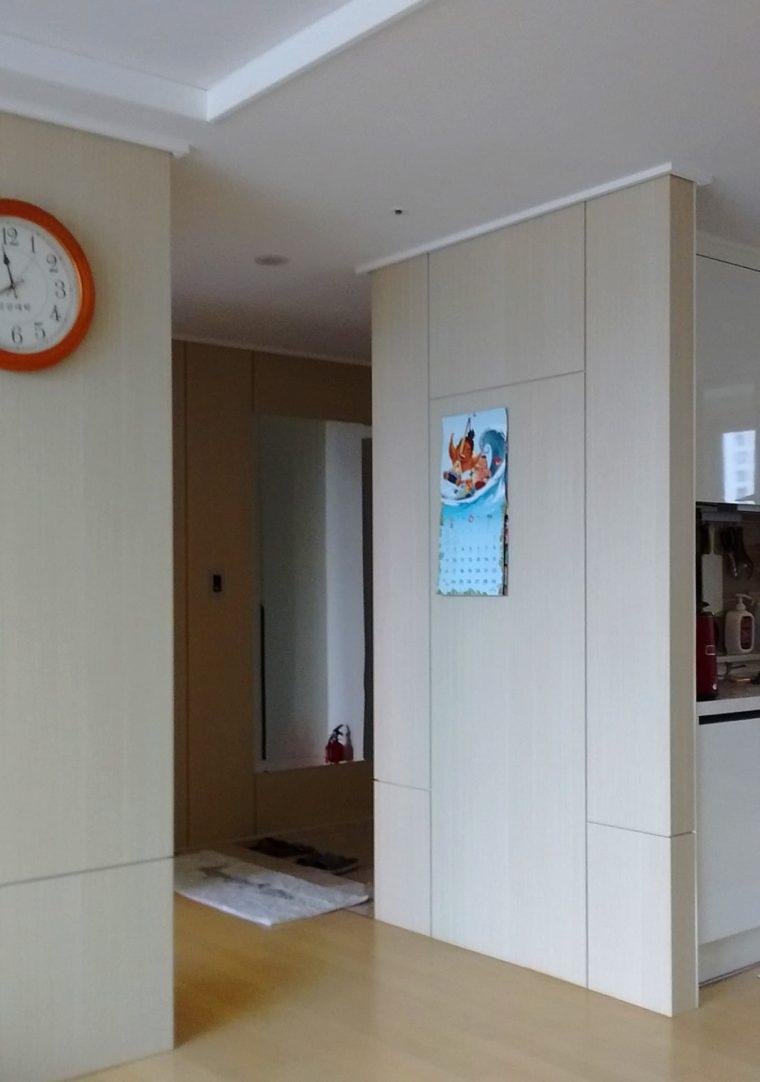 Doorzicht van de woonkamer naar de entreehal met gestandaardiseerde afbouw