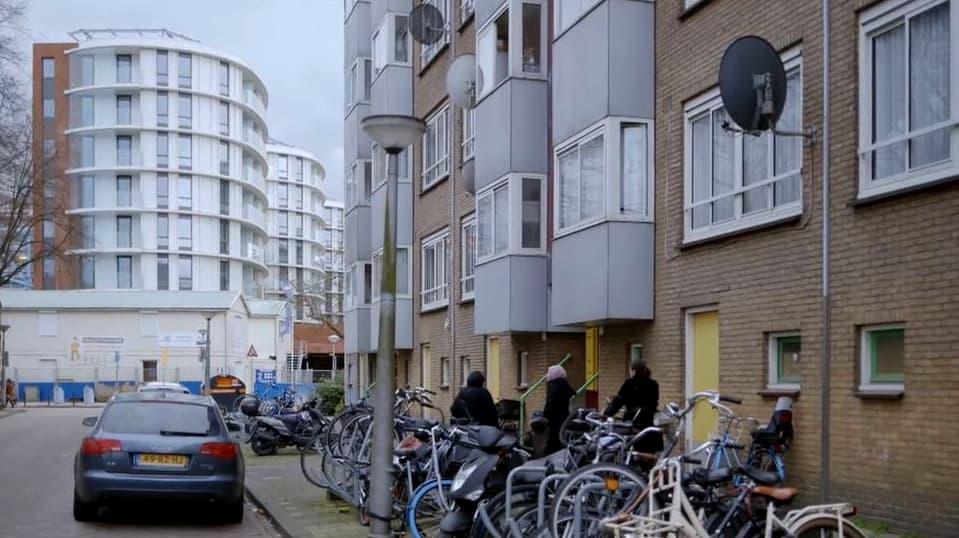 sociale woningen met op de achtergrond het nieuwe Rhapsody gebouw