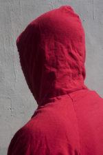 persoon met hoodie Untitled (Hood 13), 2018 / foto John Edmonds