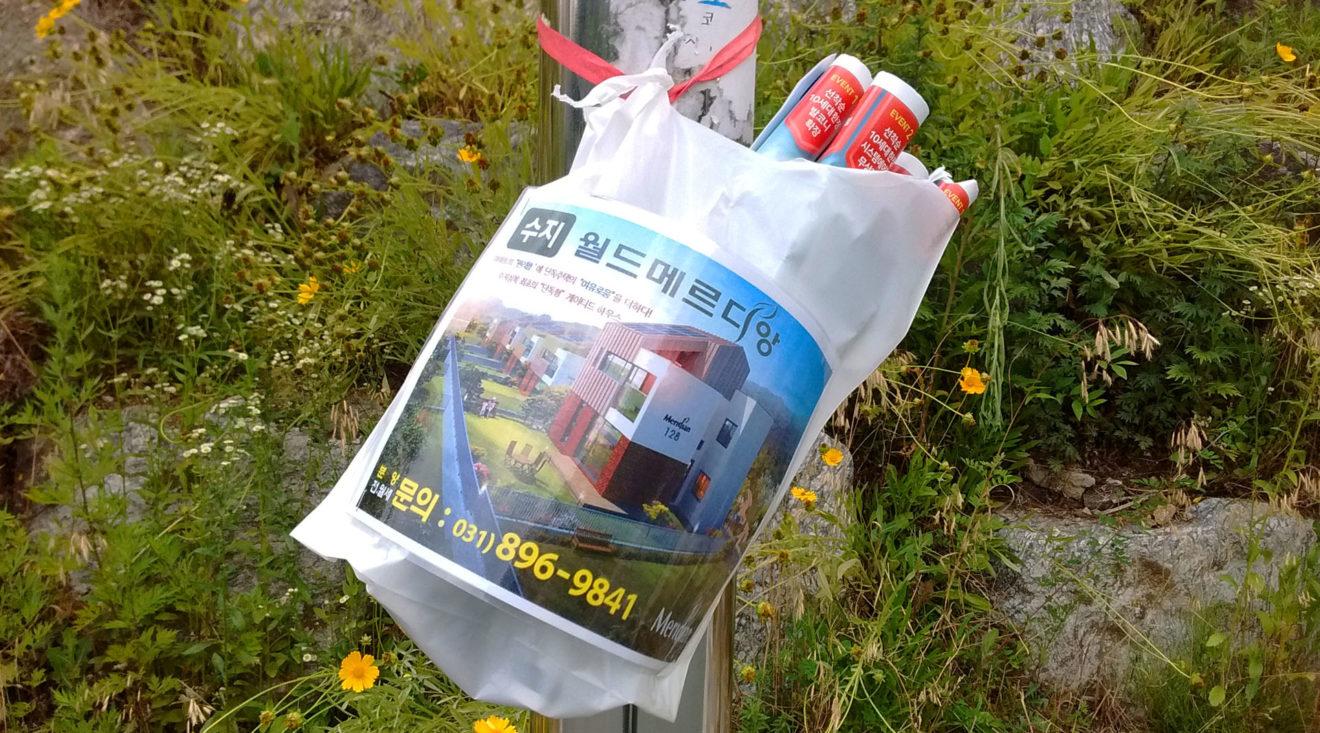 lantarenpaal met reclame voor een nieuwbouwproject