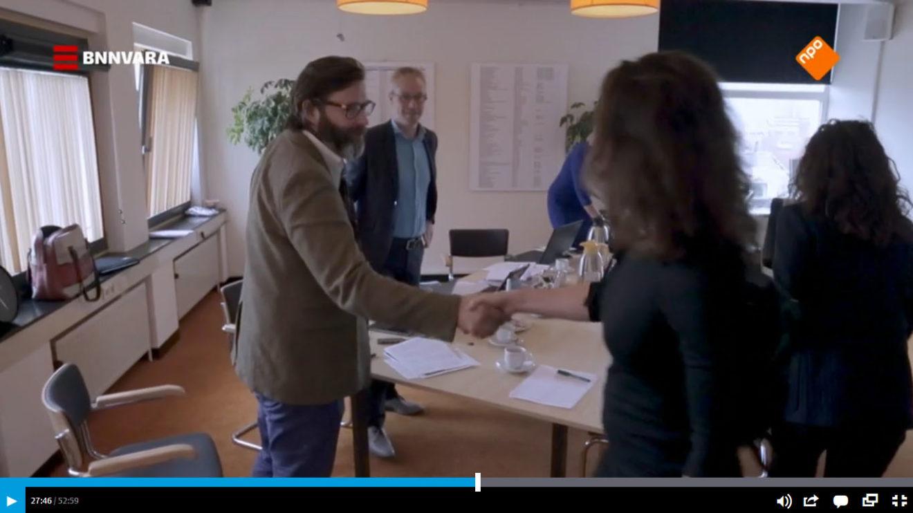 Still uit de documentaire Door de ogen van Arna (Frederick Mansell enLaurens Samsom, 2020) waar een project in Groningen wordt gepresenteerd.