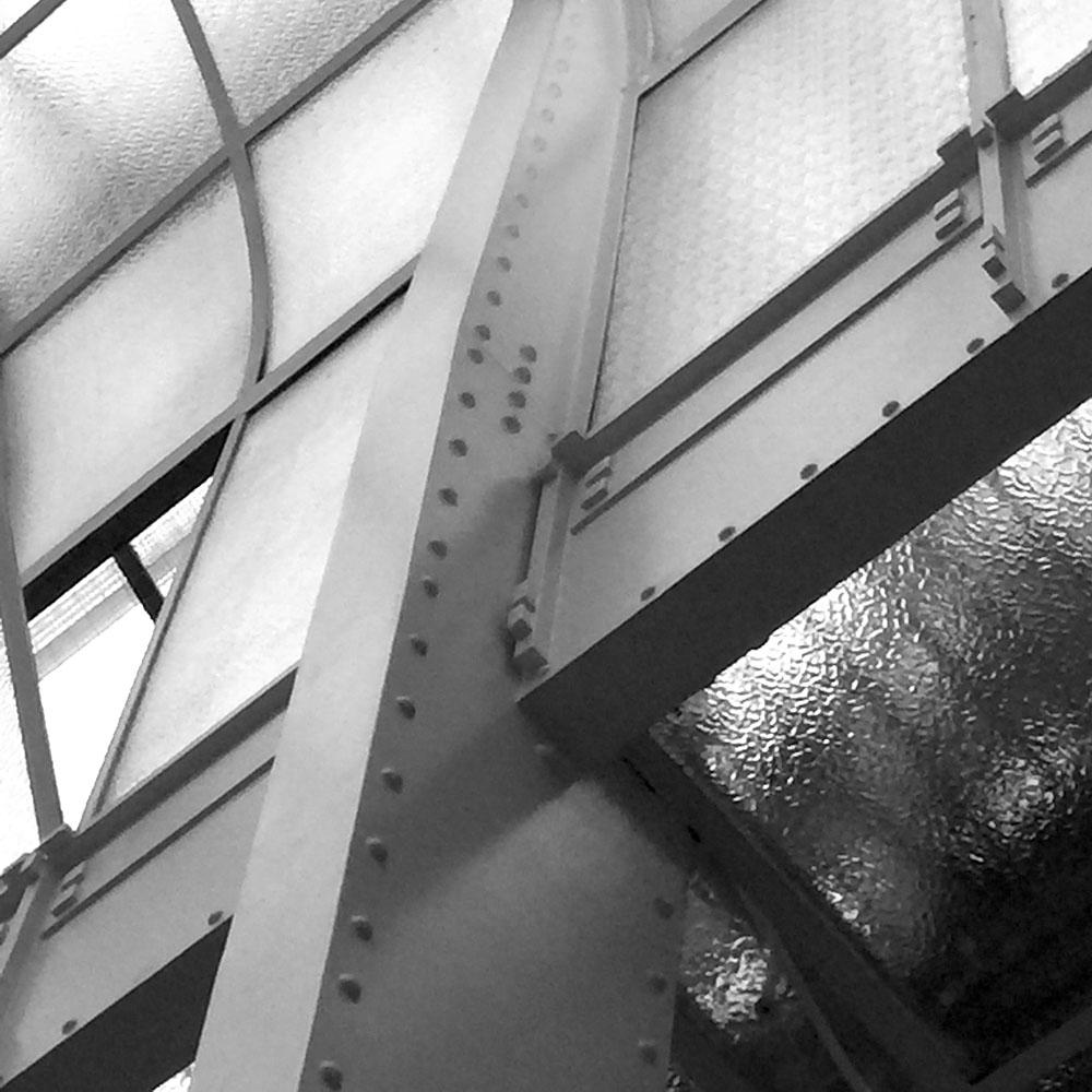 Verbinding kolom-ligger in de Kassensaal, Postsparkasse, Wenen 1902-1906 / Otto Wagner /