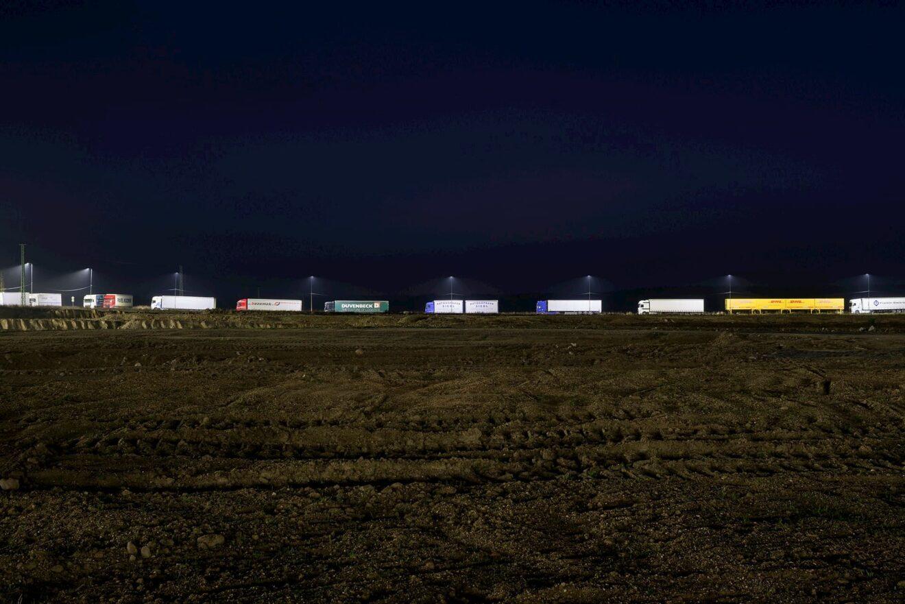 Vrachtwagens gezien vanaf bouwplaats logistieke loods 2019 © Studio Flusser