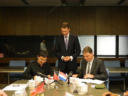 NAi en VANKE ondertekenen overeenkomst, in het midden de Nederlandse staatssecretaris van kunst en cultuur Halbe Zijlstra