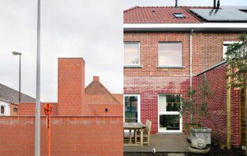 Links: Jeugdontmoetingscentrum De Lichting, Lichtervelde van Raamwerk / Rechts: Woning Begijnhoflaan in Dendermonde van Eagles of Architecture