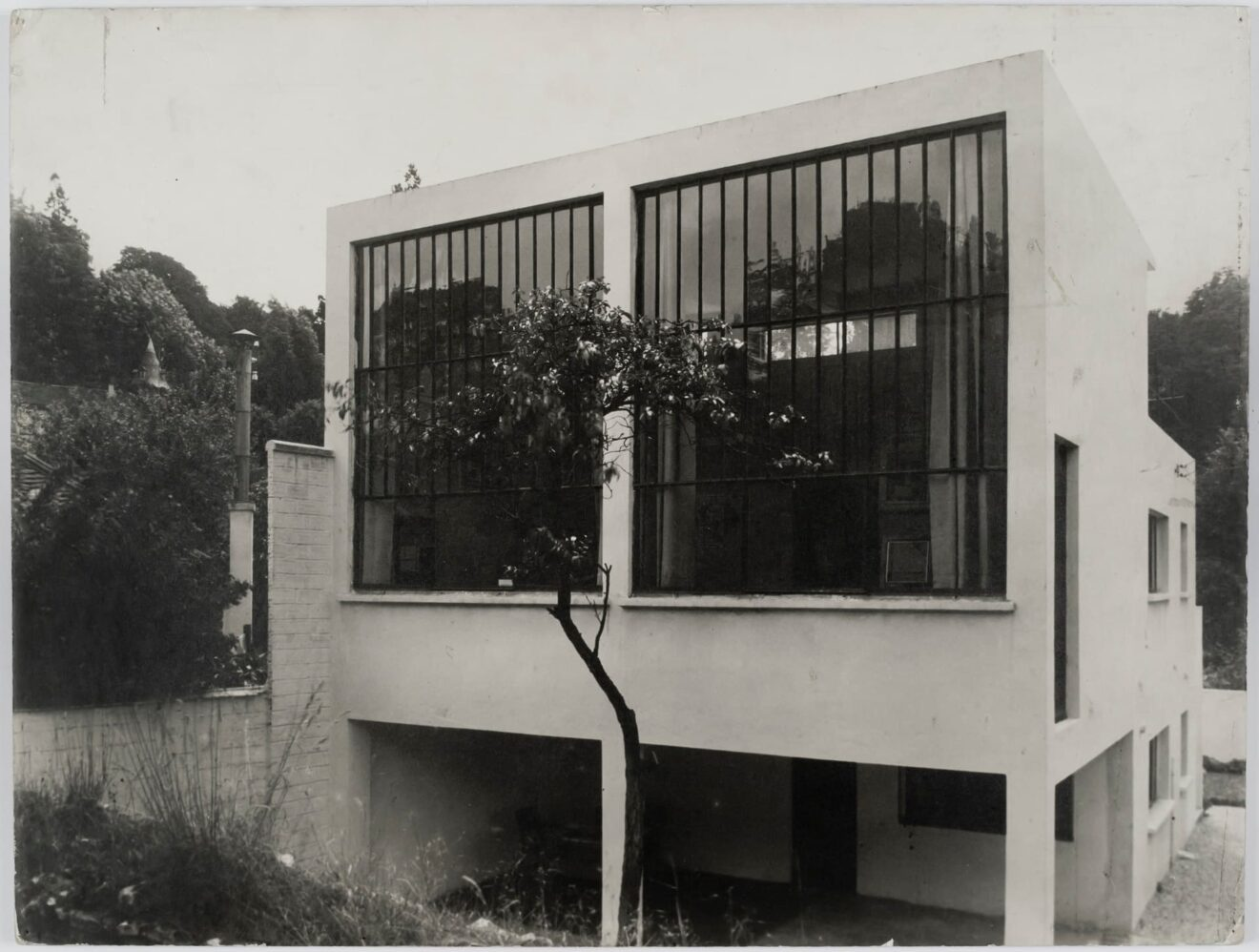 Theo van Doesburg. Atelierwoning te Meudon-Val-Fleury voor eigen gebruik, 1927-1930. Foto van de atelierwoning gezien vanuit de tuin. Collectie Het Nieuwe Instituut, DOES AB5388. Gift Van Moorsel.