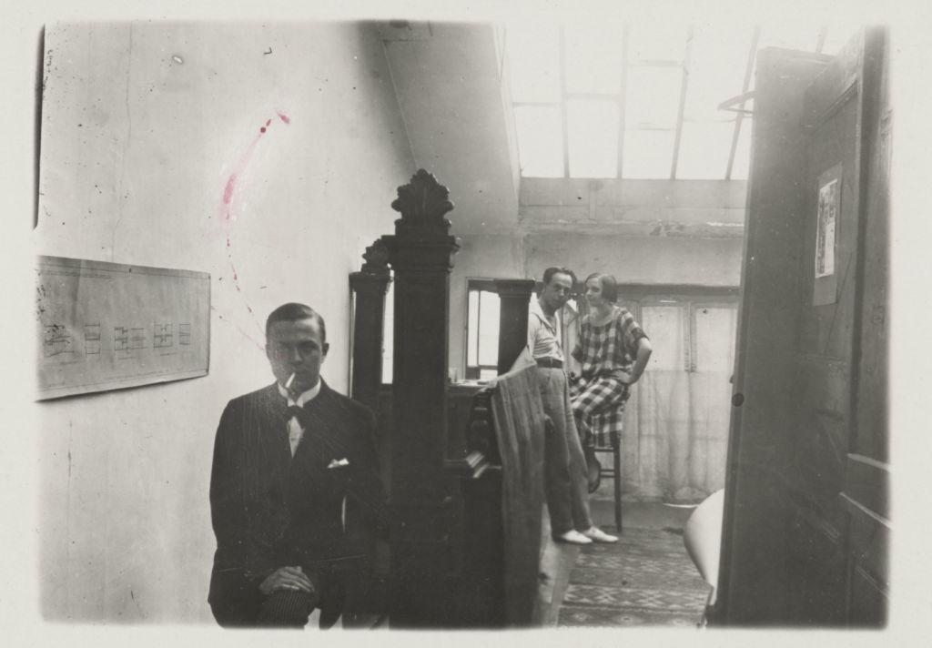 Foto uit het archief van C. van Eesteren, met op de achtergrond Theo en Nelly van Doesburg. Collectie Het Nieuwe Instituut, EEST 10.1318.