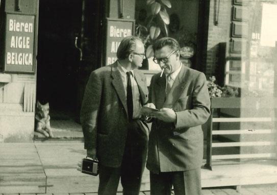 Jaap Bakema met cassettecamera – naast hem Jo van den Broek – tijdens de uitvoering van de Expo '58 in Brussel