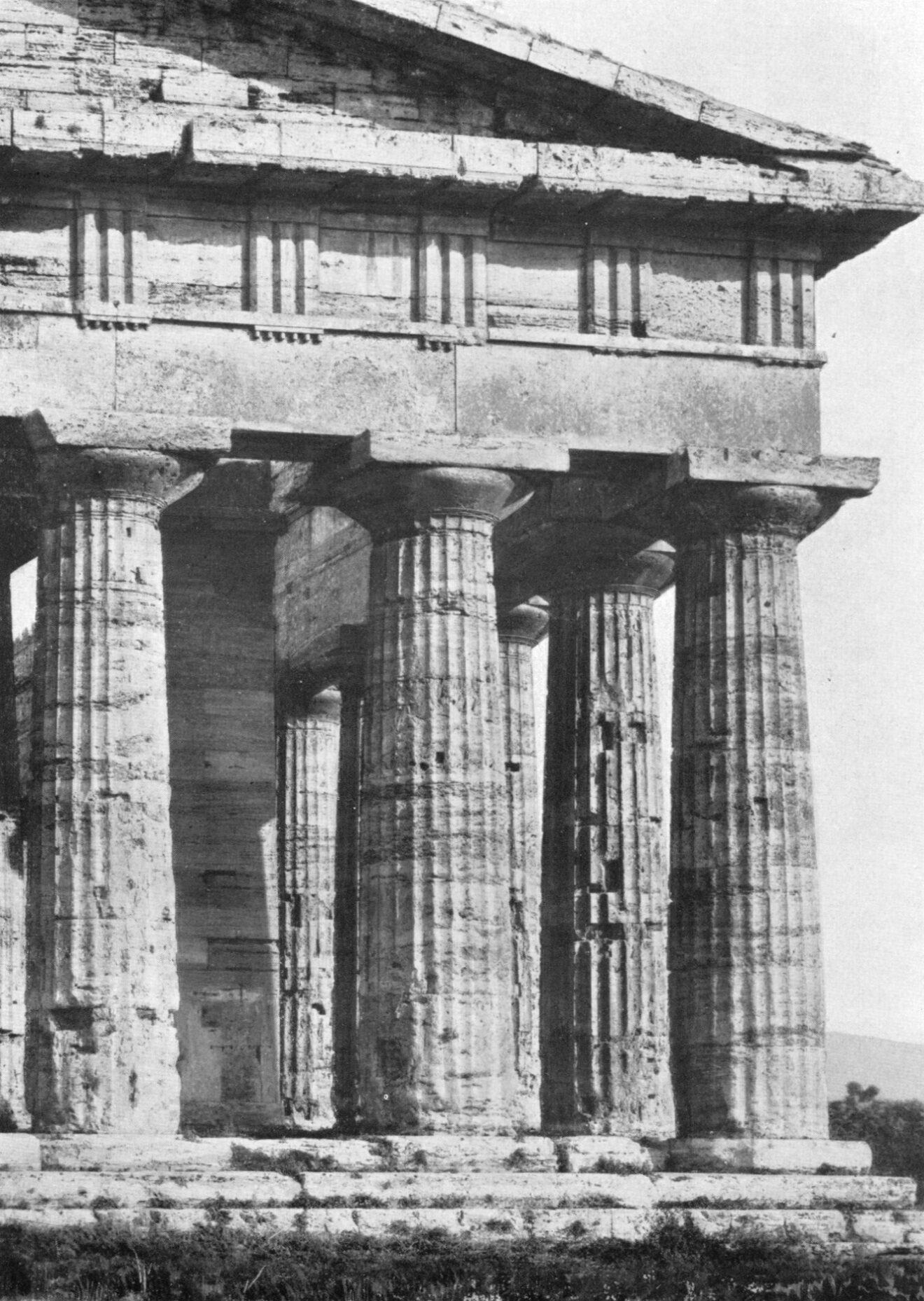 Detail van de westgevel van de Poseidontempel in Paestum, foto afkomstig uit Der Dorische Tempel.
