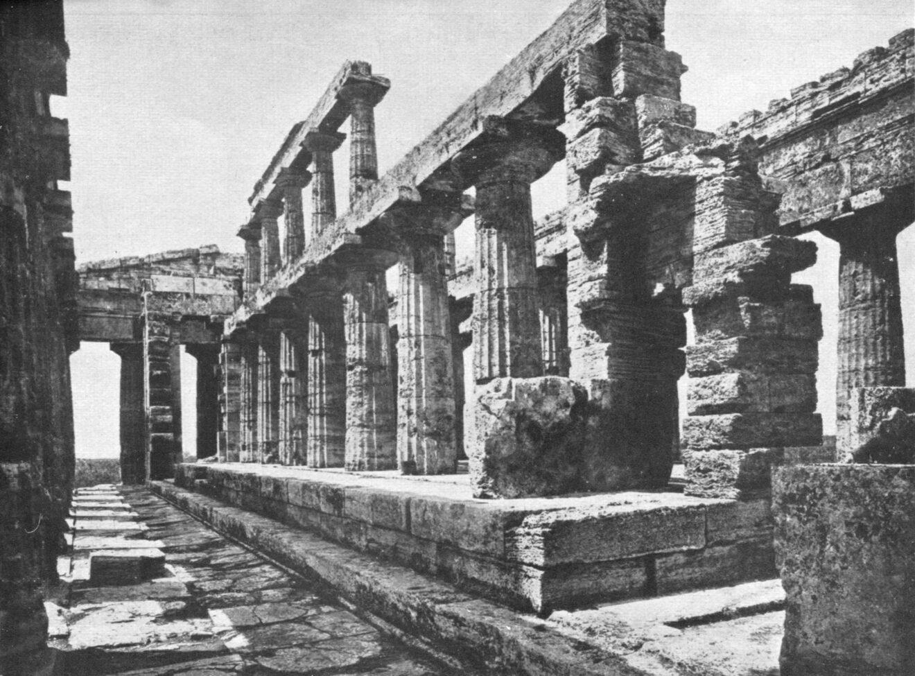 Interieur van de Poseidontempel in Paestum, foto afkomstig uit Der Dorische Tempel.