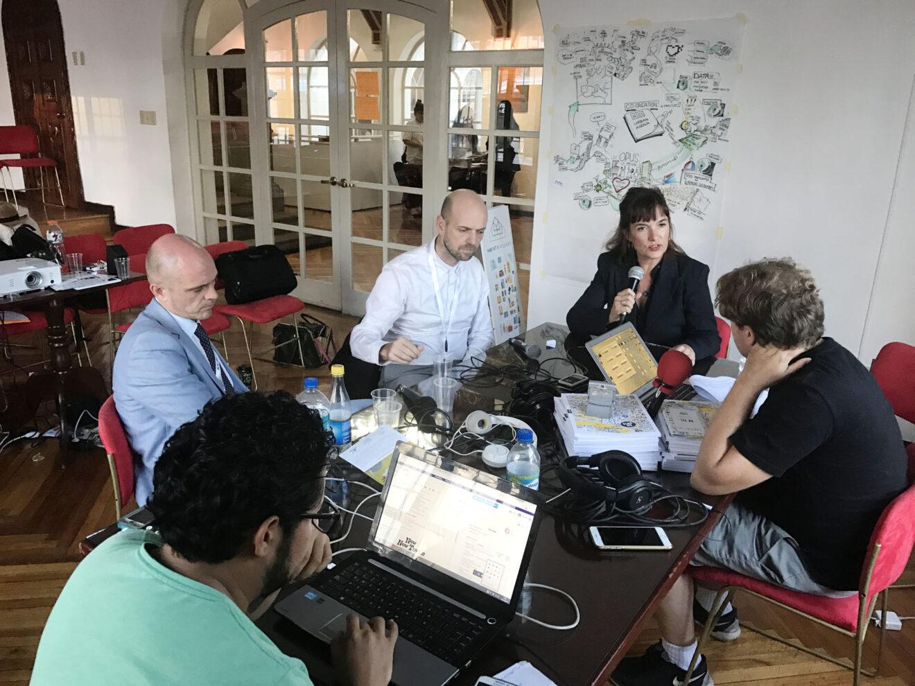 Opnames voor radioprogramma in Quito tijdens conferentie Habitat III