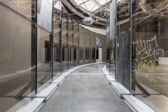Anne Imhof, Natures Mortes (2021), exhibition view, Palais de Tokyo, Paris
